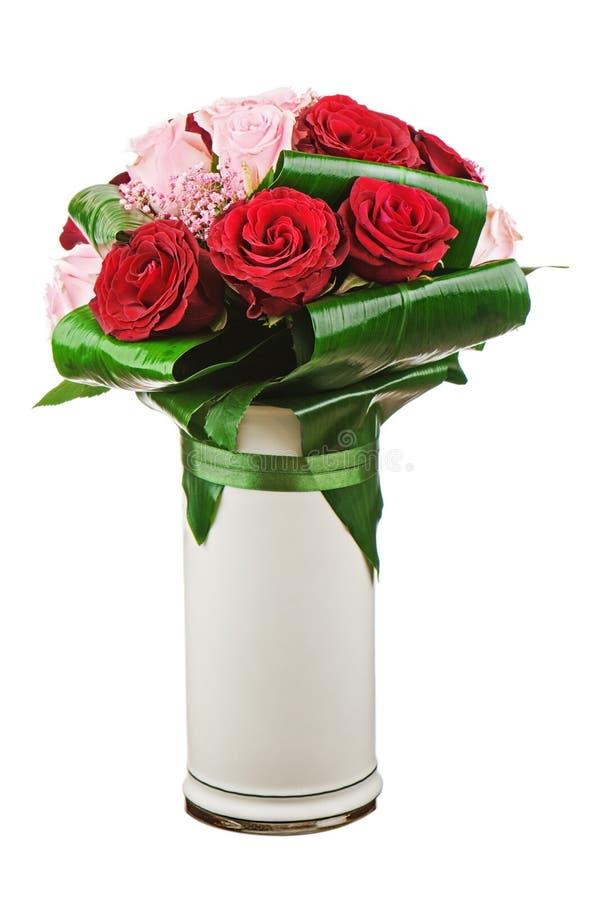 Ramalhete colorido da flor das rosas no vaso branco isolado no whi fotografia de stock