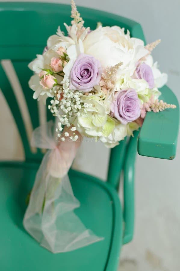 Ramalhete colorido da flor do casamento da hortênsia, das peônias e das rosas brancas fotografia de stock royalty free