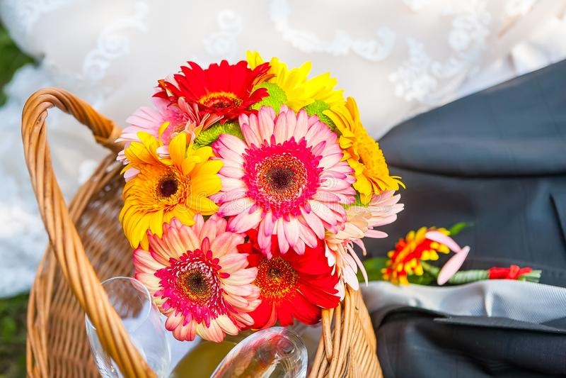 Ramalhete colorido das flores do casamento com as flores vermelhas e amarelas imagens de stock royalty free