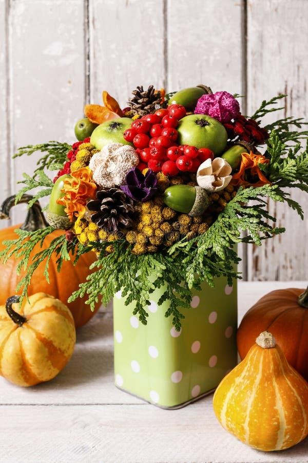 Ramalhete colorido feito de flores e de plantas do outono imagens de stock royalty free