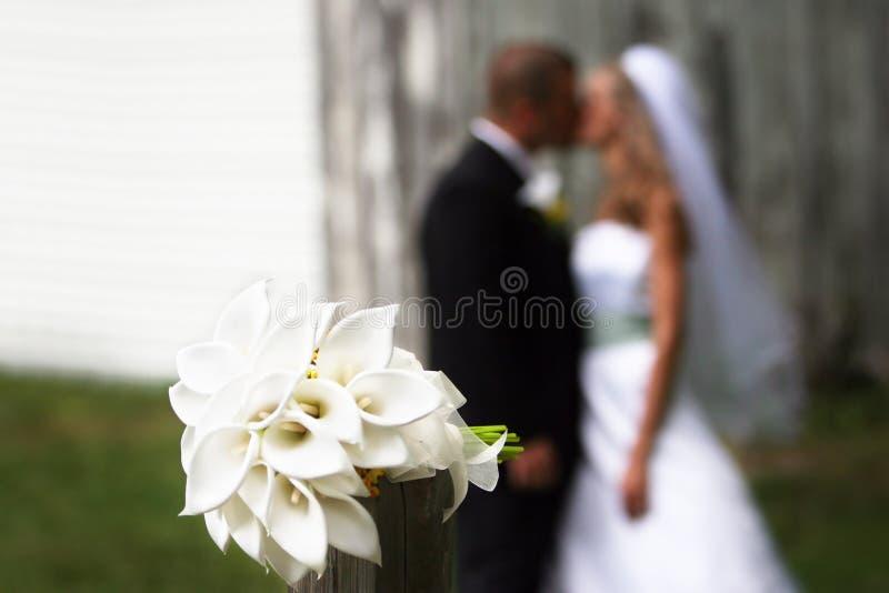 Ramalhete com beijo dos pares imagens de stock
