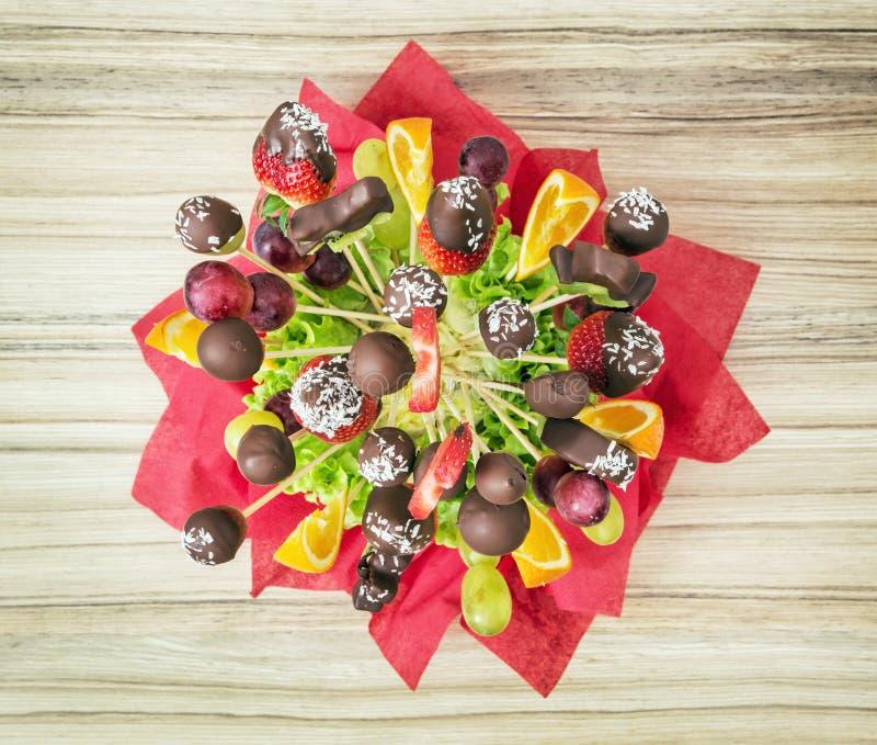 Ramalhete com geada do chocolate, presente do fruto para você, tema do alimento imagens de stock