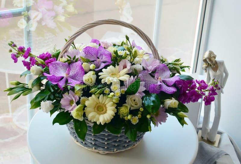Ramalhete combinado bonito em uma cesta de vime imagens de stock royalty free