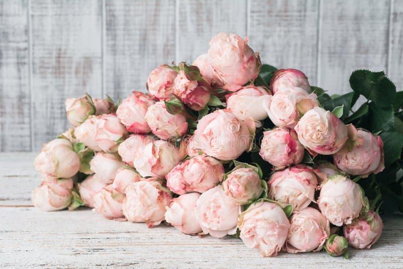 Ramalhete cor-de-rosa bonito das rosas foto de stock royalty free