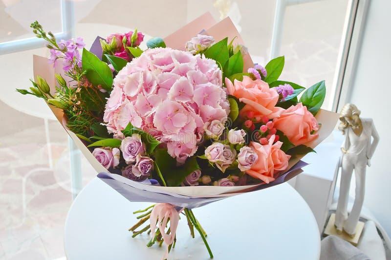 Ramalhete cor-de-rosa combinado bonito com uma hortênsia foto de stock royalty free