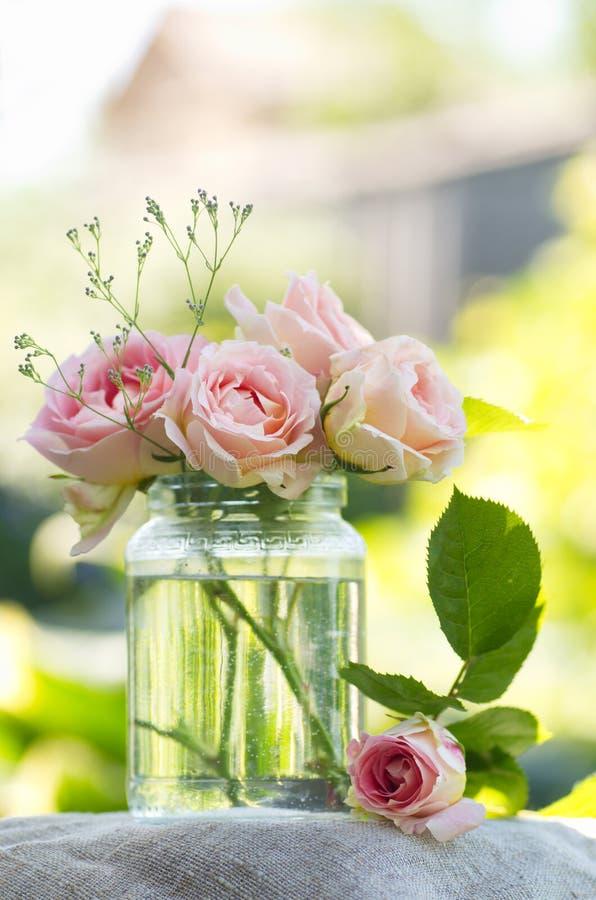 Ramalhete cor-de-rosa das rosas fotos de stock