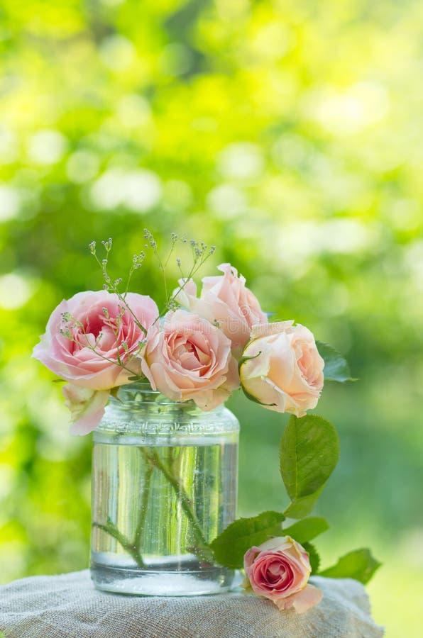 Ramalhete cor-de-rosa das rosas imagem de stock royalty free