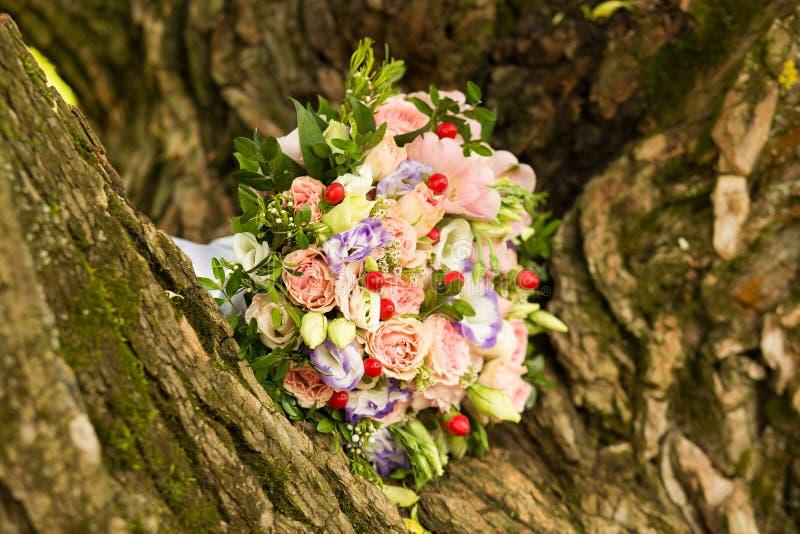 Ramalhete cor-de-rosa e roxo da noiva das rosas imagem de stock royalty free