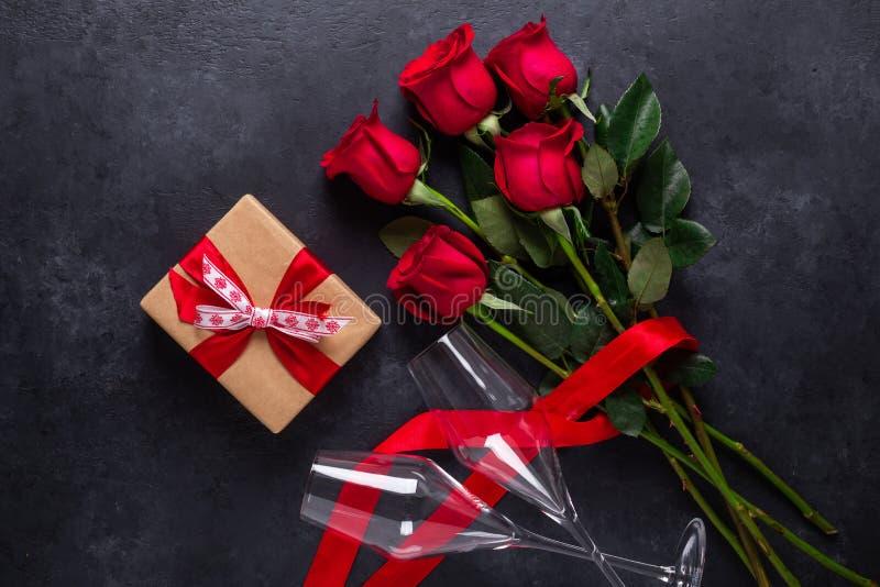 Ramalhete cor-de-rosa vermelho das flores, caixa de presente, vidros do champanhe no cartão de pedra preto do dia de Valentim do  fotos de stock royalty free