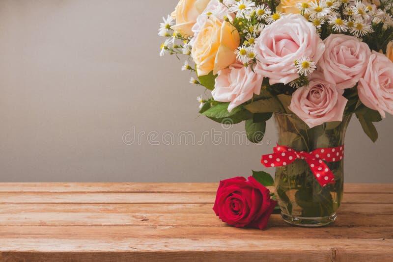 Ramalhete da flor de Rosa na tabela de madeira para a celebração do dia de mãe imagens de stock