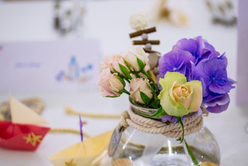 Ramalhete da flor do casamento no vaso de vidro na tabela do convidado imagens de stock