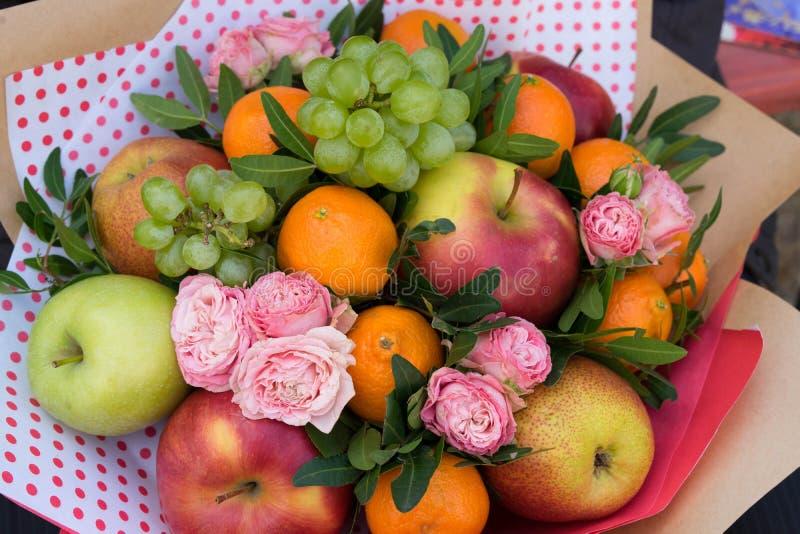 Ramalhete da flor e do fruto imagens de stock royalty free