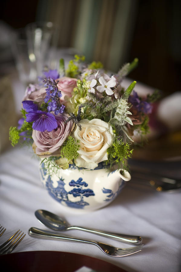 Ramalhete da flor em um teapot imagens de stock royalty free