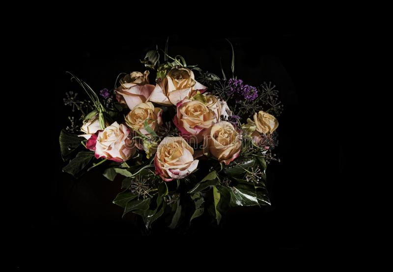 Ramalhete da flor no preto com rosas foto de stock royalty free