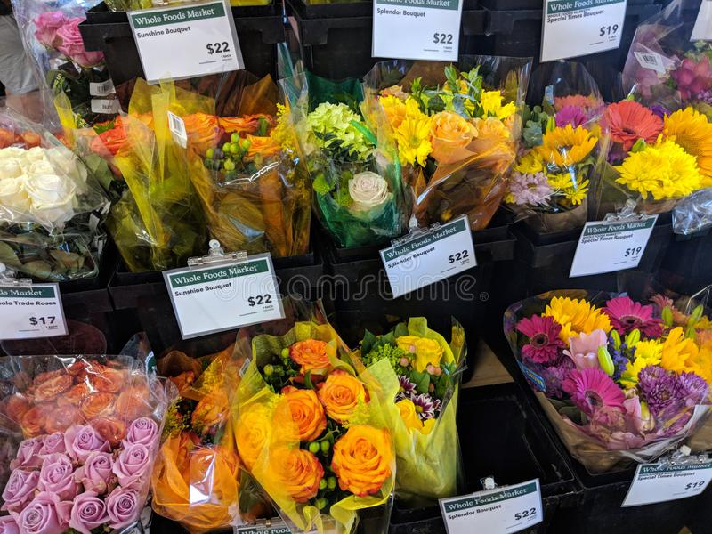 Ramalhete da flor para a venda dentro do mercado de Whole Foods imagens de stock royalty free