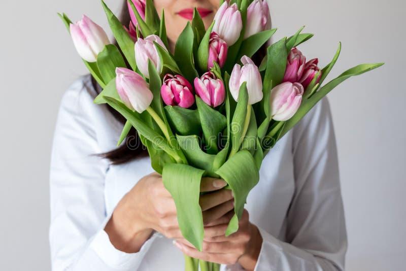 Ramalhete da mola de tulipas cor-de-rosa fotografia de stock
