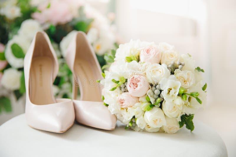 Ramalhete da noiva dos acessórios do casamento imagens de stock royalty free