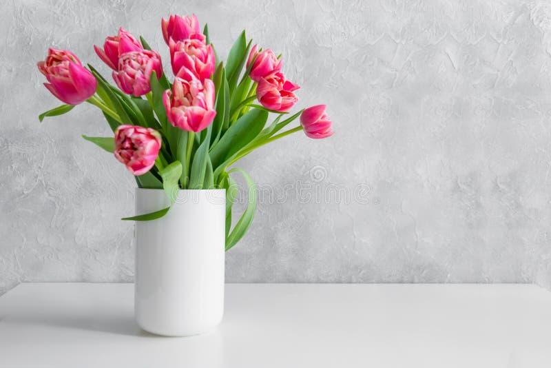 Ramalhete da tulipa vermelha no vaso na tabela branca do vintage imagens de stock royalty free