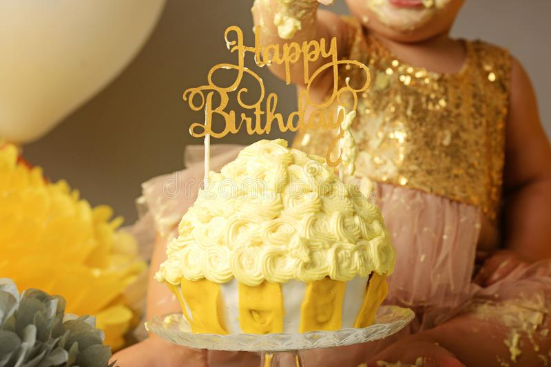 Ramalhete das camomilas e de um bolo de aniversário para meninas por 1 ano foto de stock royalty free