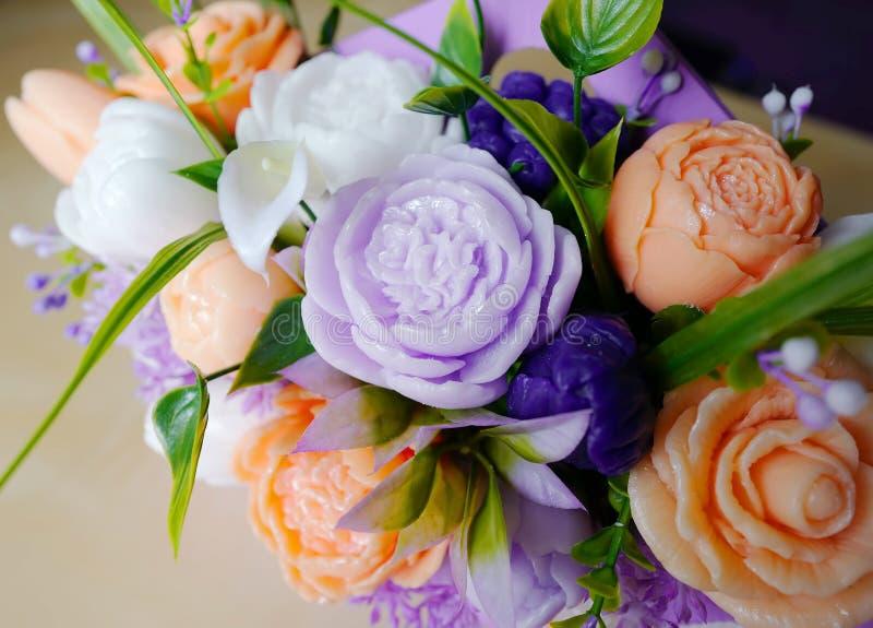 Ramalhete das flores do sabão em uma caixa foto de stock