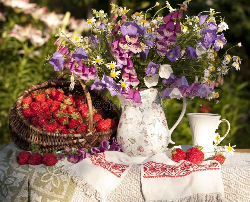 Ramalhete das flores e da morango fotos de stock royalty free