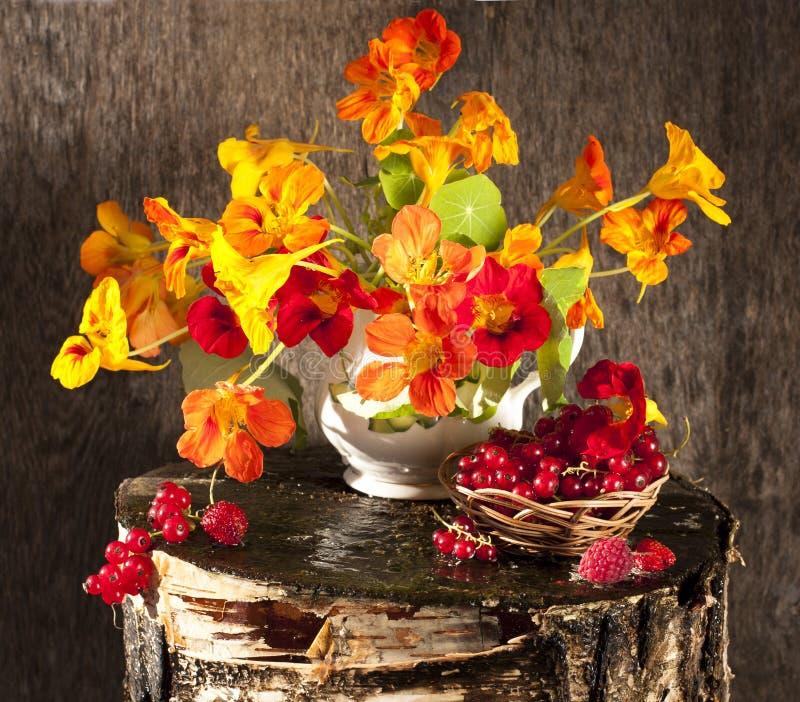 Ramalhete das flores e das bagas imagens de stock