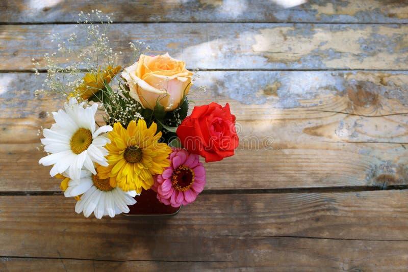Ramalhete das flores em um fundo de madeira fotos de stock royalty free