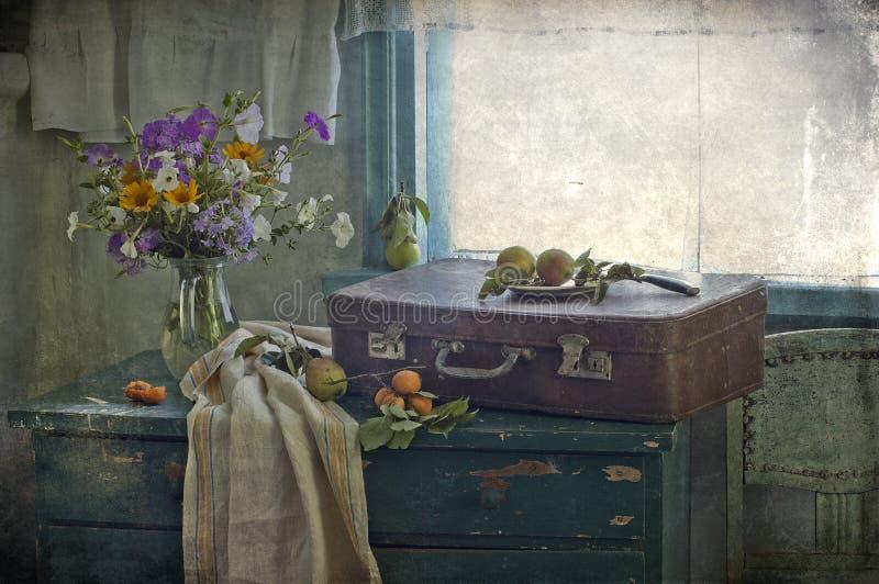 Ramalhete das flores em um indicador imagens de stock royalty free