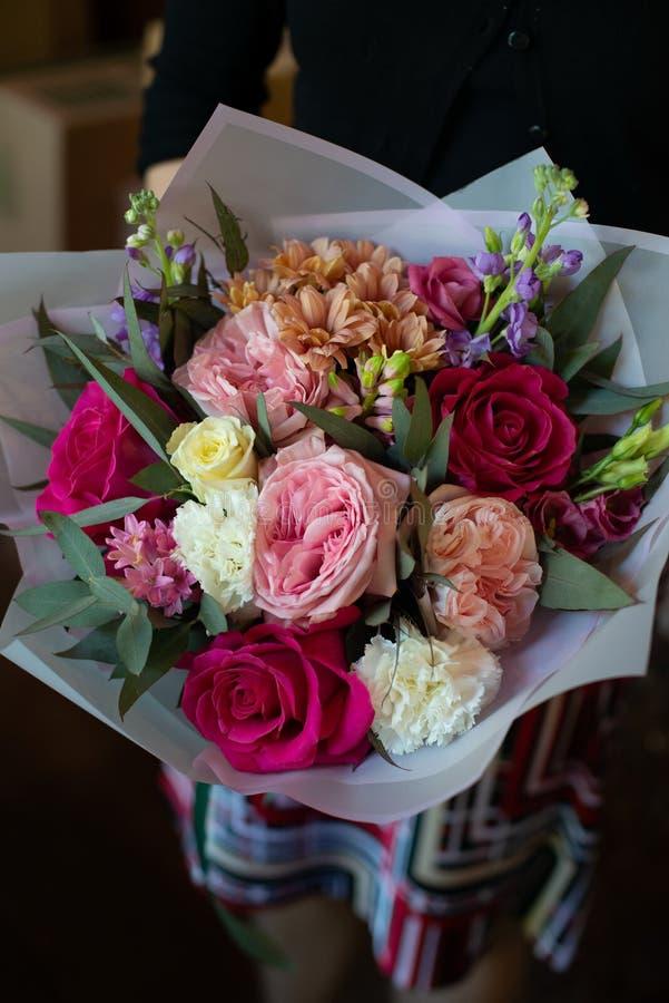 Ramalhete das flores em um pé no interior do restaurante para a celebração do salão de beleza do casamento do florista imagem de stock