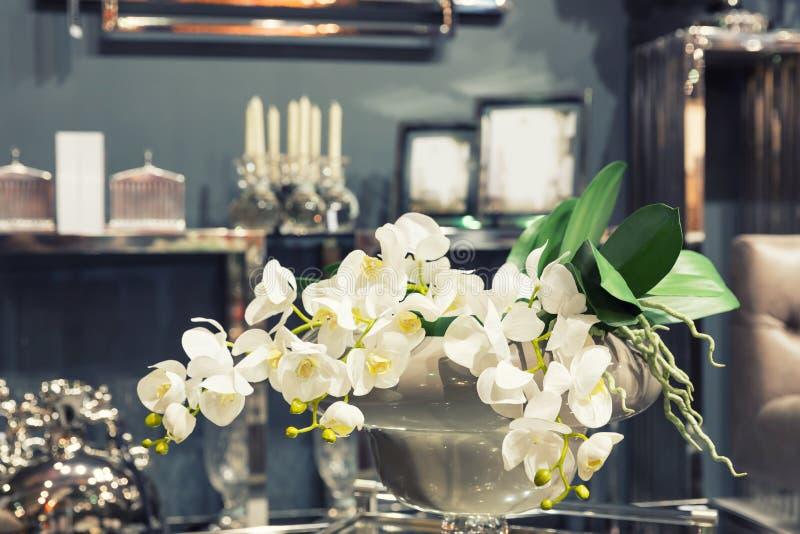 Ramalhete das flores na tabela imagens de stock royalty free