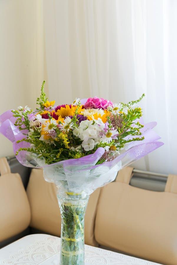 Ramalhete das flores na tabela na sala imagem de stock royalty free