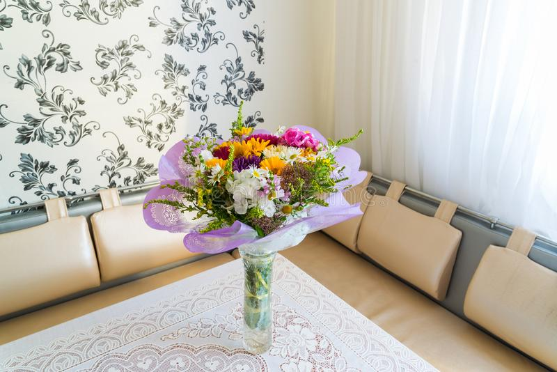 Ramalhete das flores na tabela na sala imagens de stock royalty free