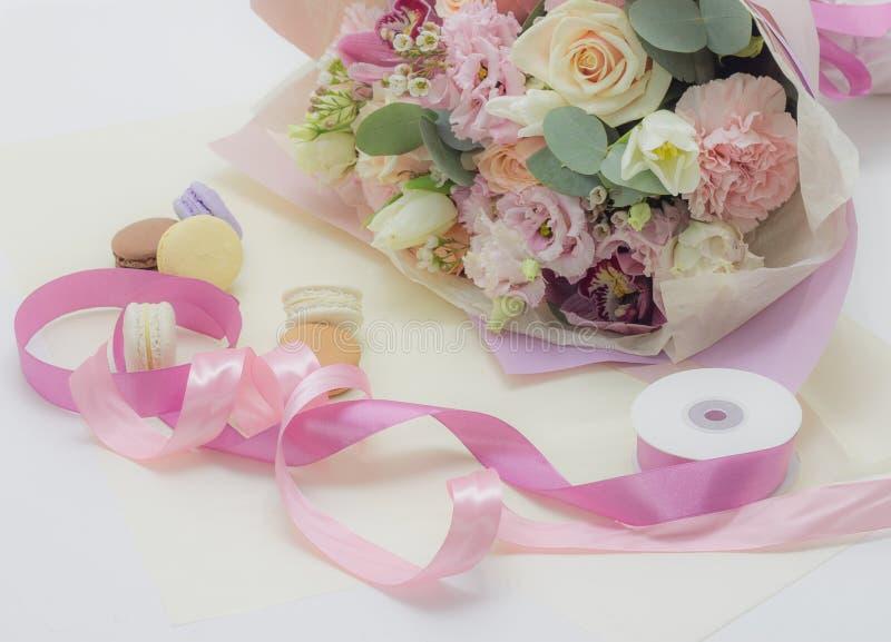 Ramalhete das flores no fundo floral das cores macias imagens de stock