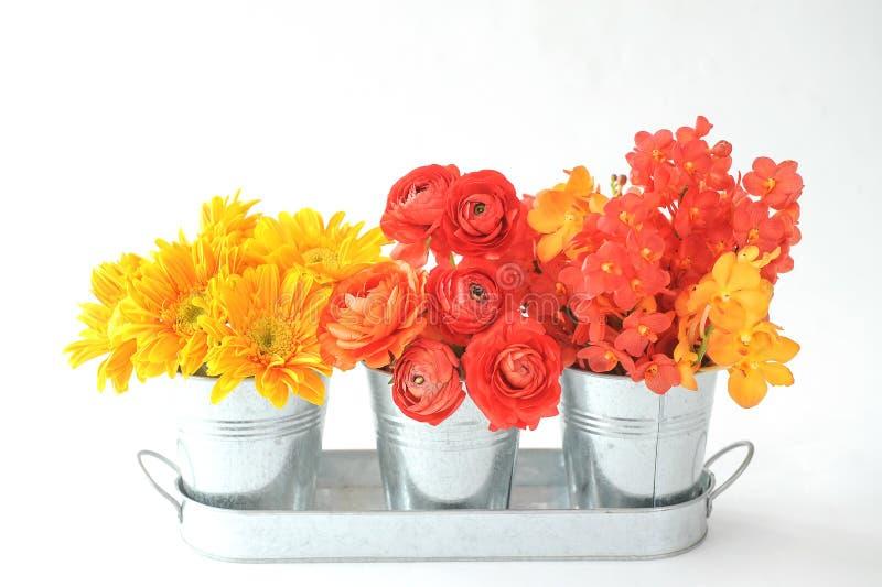 Ramalhete das flores no potenciômetro de aço fotografia de stock royalty free