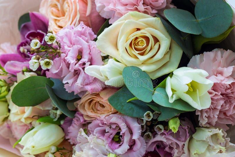 Ramalhete das flores nos tons delicados próximos acima do fundo floral imagens de stock