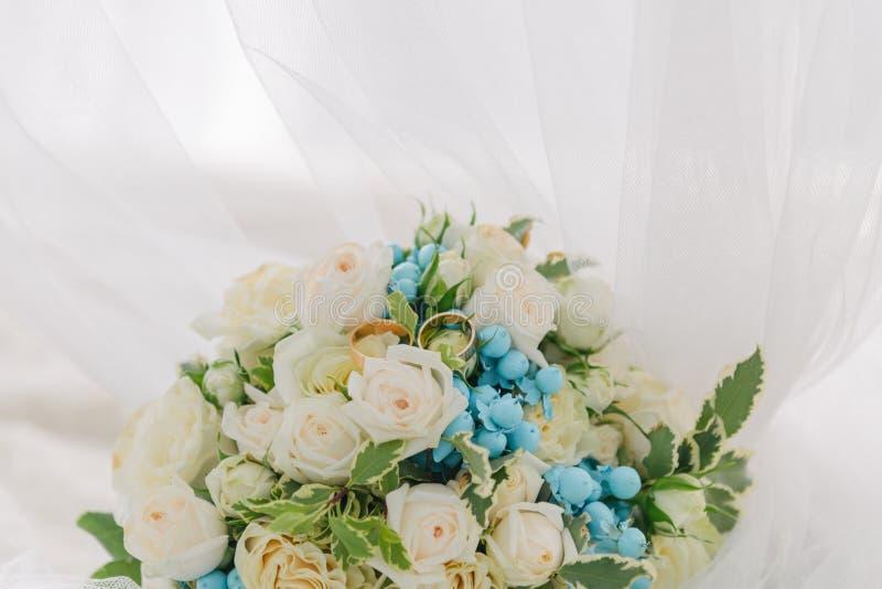 Ramalhete das flores O bride& x27; ramalhete de s Ramalhete nupcial Floristics Anéis de casamento fotografia de stock