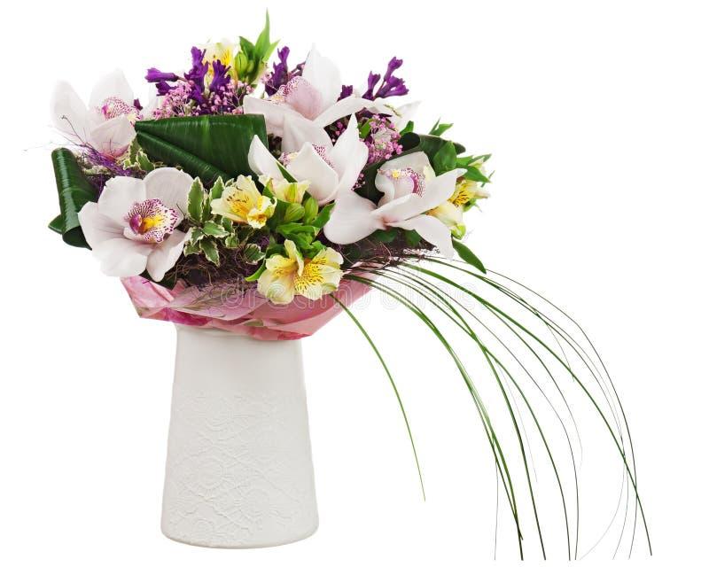 Ramalhete das orquídeas no vaso branco isolado no fundo branco. imagens de stock