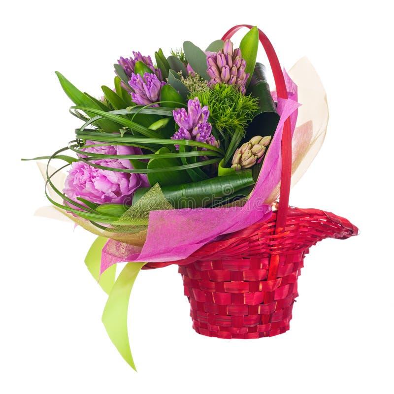 Ramalhete das peônias, dos jacintos e das outras flores na cesta de vime foto de stock