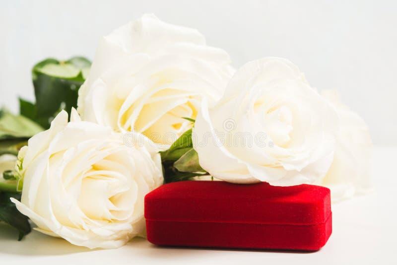 Ramalhete das rosas brancas com o presente da joia para o feriado ou o casamento Conceito do dia dos Valentim Opini?o do close up imagens de stock