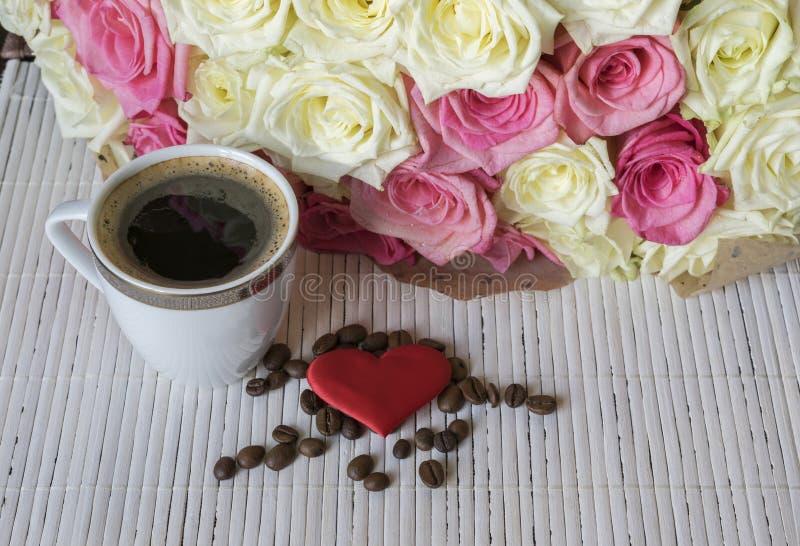 Ramalhete das rosas brancas e cor-de-rosa Chávena de café e coração imagem de stock