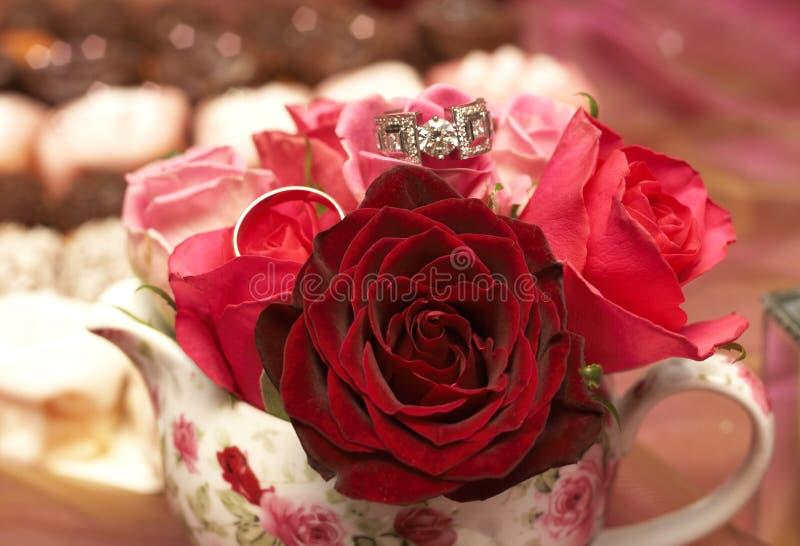 Ramalhete das rosas com anéis de casamento fotografia de stock