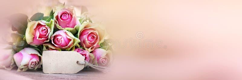 Ramalhete das rosas com um card_002 de cumprimento fotos de stock