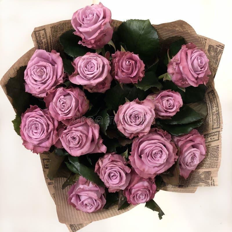 Ramalhete das rosas cor-de-rosa envolvidas no papel do ofício, vista superior fotografia de stock royalty free