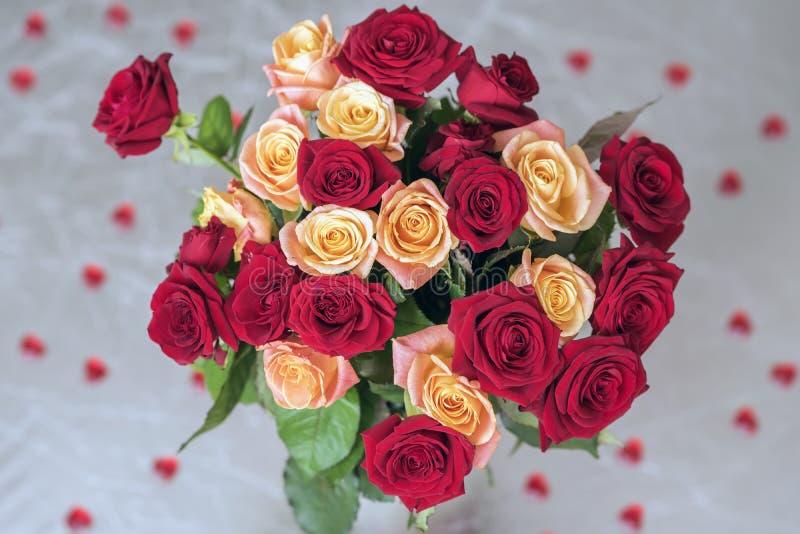 Ramalhete das rosas de duas cores para amado, de muitos corações vermelhos, vista superior, símbolo da festa do amor, do ` s do V fotos de stock