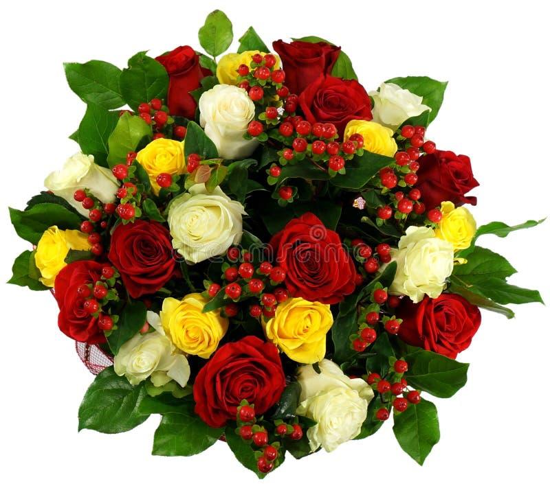 Ramalhete das rosas e do hypericum no pacote foto de stock