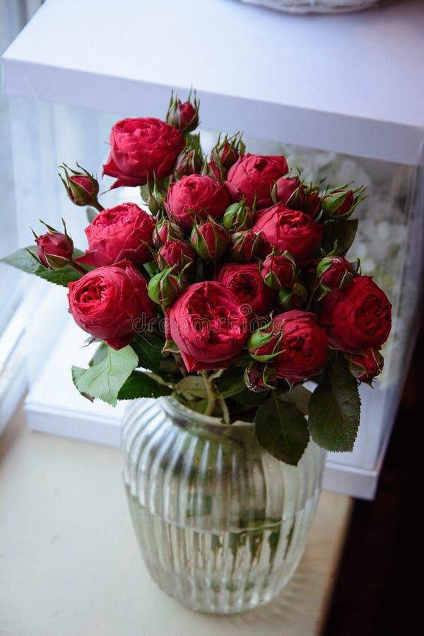 Ramalhete das rosas das flores em um pé no interior do restaurante para uma loja da celebração floristry ou o salão de beleza do  foto de stock