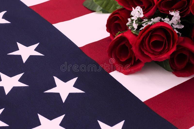 Ramalhete das rosas na bandeira americana - ascendente próximo imagens de stock royalty free