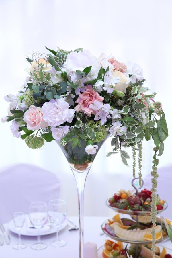 Ramalhete das rosas para a tabela do casamento fotografia de stock