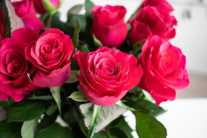 Ramalhete das rosas vermelhas com um toque cor-de-rosa Dentro com fundo branco fotos de stock