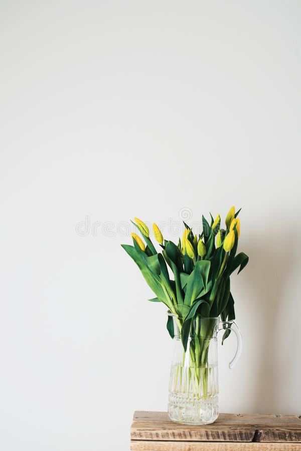 Ramalhete das tulipas no vaso sobre o fundo branco imagem de stock